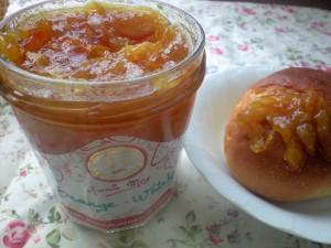 「オレンジウイスキー」オレンジの甘酸っぱさとほのかなウイスキーの香りが口の中で広がります。