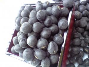 うっすら白いですが、黒豆です。これがこのあと・・・